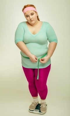 Mujer con sobrepeso a escala