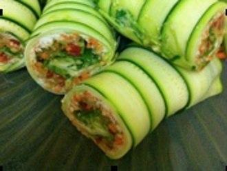 Rollitos de ensalada de calabacín crudo, zanahoria y anacardos