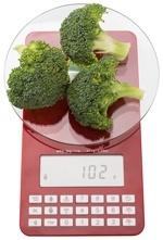 Conjunto rojo de básculas con pesaje de brócoli