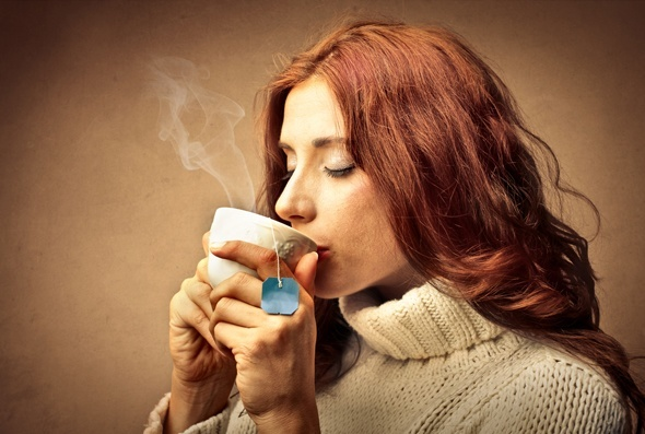 Pelirroja bebiendo una taza de té