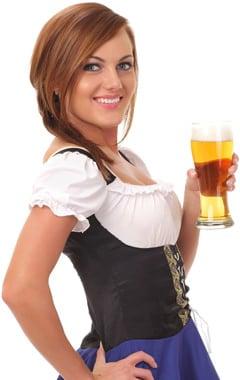 Pelirroja con cerveza