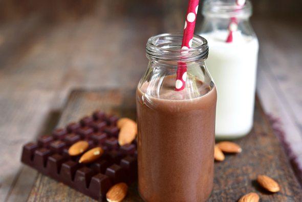 Leche regular y leche con chocolate en frascos pequeños