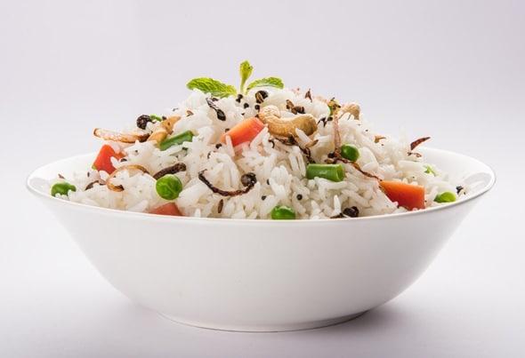 Plato de arroz con guisantes y anacardos