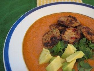 Sopa de pimiento rojo asado y aguacate con salchichas