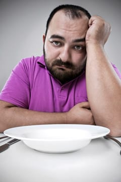 Hombre triste haciendo dieta