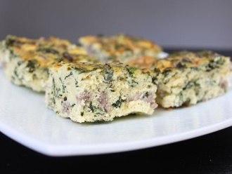 Bocaditos de salchicha y huevo para el desayuno