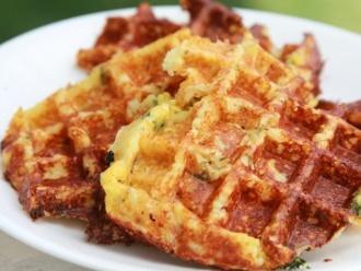 Waffles de cebollino y queso salados