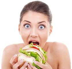 Mujer sorprendida comiendo pan