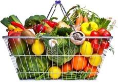 Cesta de la compra llena de frutas y verduras
