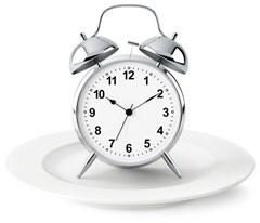 Despertador plateado en un plato