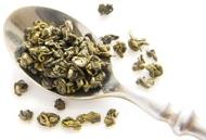 Cuchara de plata con hojas de té Oolong