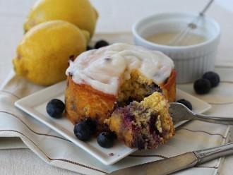 Pastel de cumpleaños de limón y arándanos simple