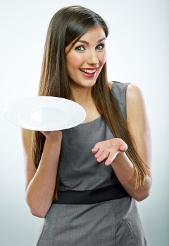 Mujer sonriente, tenencia, plato vacío