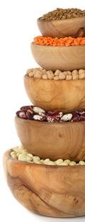 Pila de cuencos llenos de legumbres