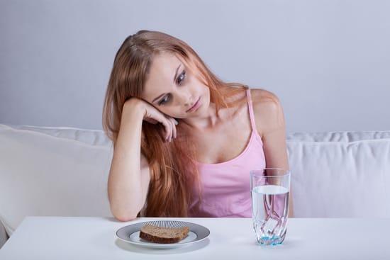 Chica hambrienta mirando tostadas