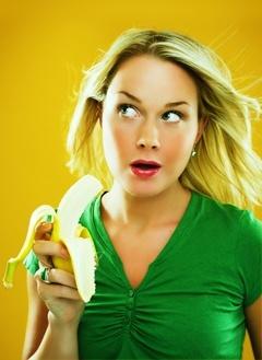 Rubia sorprendida comiendo un plátano