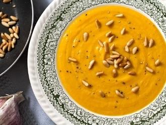 Sopa de boniato, ajo caramelizado y piñones tostados