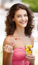 Adolescente comiendo fruta