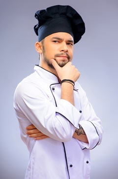 Chef hombre pensativo con sombrero azul
