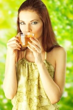 Mujer pensativa bebiendo té