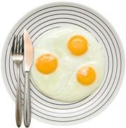 Tres huevos fritos en un plato