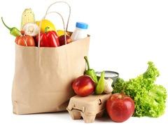 Comestibles vegetarianos en una bolsa de papel marrón