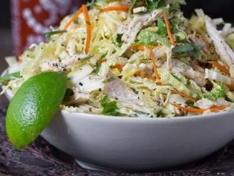 Ensalada de pollo y repollo de inspiración vietnamita
