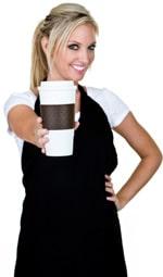 Camarera sosteniendo una taza de café