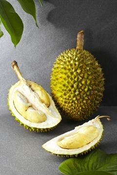 Durian entero y un durian abierto