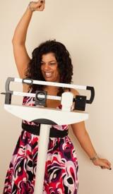 Mujer celebrando la exitosa pérdida de peso