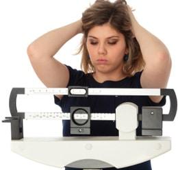 Mujer preocupada por su peso