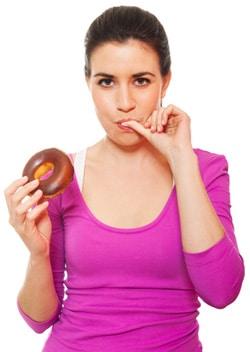 Mujer anhelando una rosquilla