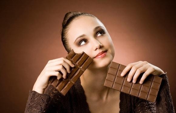 Mujer, antojo, barras de chocolate