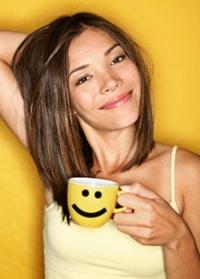 Mujer bebiendo una taza de café
