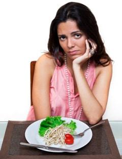 Mujer comiendo una comida baja en grasas