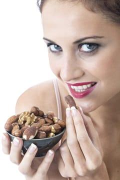 Mujer comiendo almendras