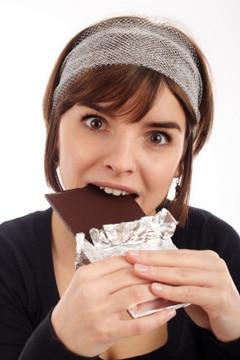 Mujer comiendo chocolate