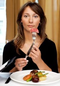 Mujer comiendo carne