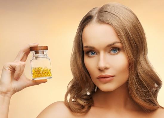 Mujer sosteniendo una botella de cápsulas de vitamina D