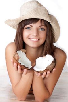 Mujer sosteniendo un coco agrietado