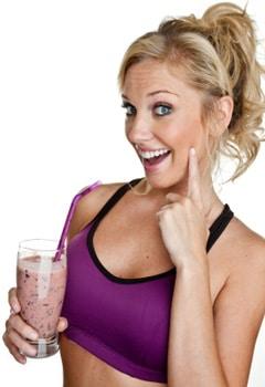 Mujer sosteniendo un batido de proteínas
