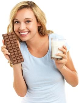 Mujer sosteniendo chocolate y leche