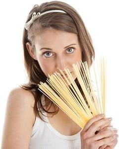 Mujer sosteniendo espaguetis