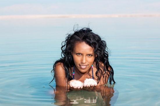 Mujer en mar salado, grande