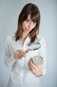 Mujer inspeccionando la etiqueta con lupa