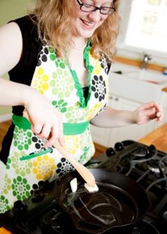 Mujer derritiendo mantequilla en una sartén