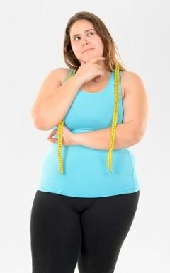 Mujer reflexionando sobre la pérdida de peso