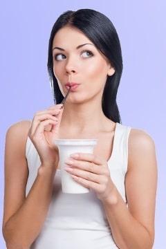 Mujer, meditar, yogur