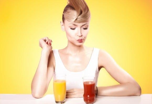 Mujer frunciendo los labios en jugo