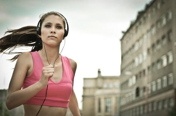 Mujer corriendo con auriculares